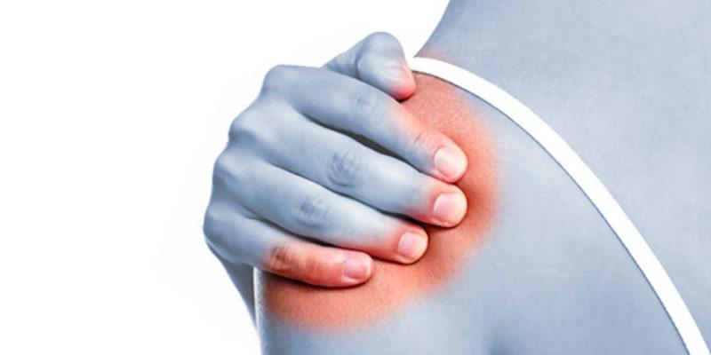 La spalla congelata si presenta con forte dolore e rigidità dell'arto, spesso impedendo il sonno notturo.